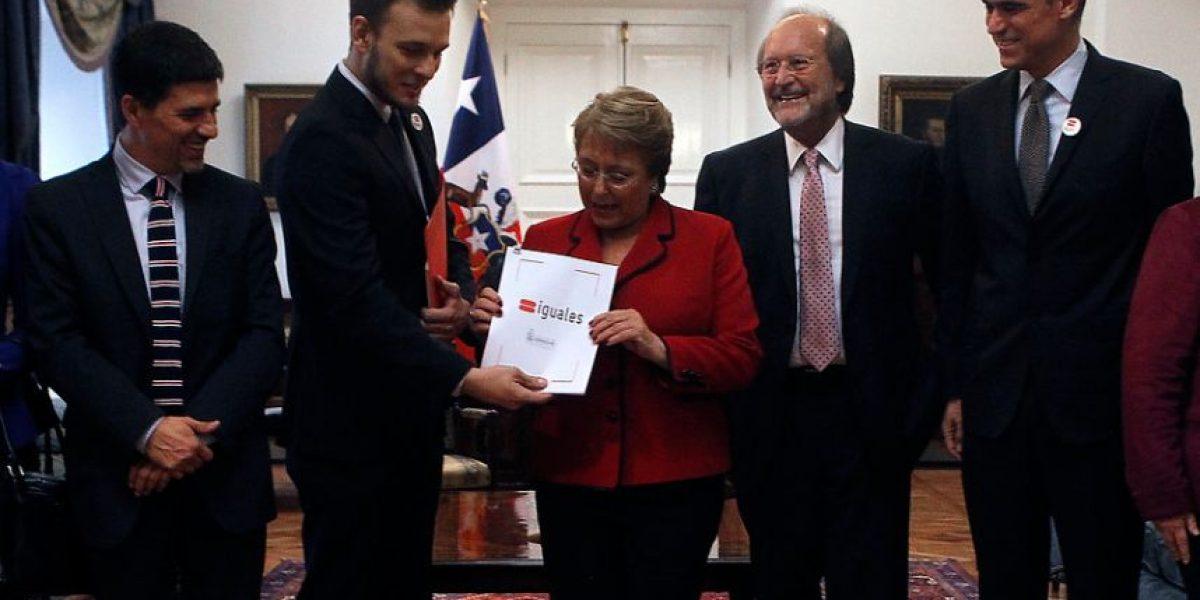 Fundación Iguales entrega a Bachelet primer proyecto de matrimonio igualitario