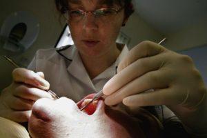 Para evitar que se pierdan los diente e manera prematura o tener lesiones dolorosas, es necesario tener higiene bucal diaria. Foto:Getty Images. Imagen Por: