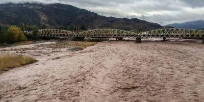 Un desaparecido y 220 aislados deja crecida del río Tinguiririca por fuertes lluvias