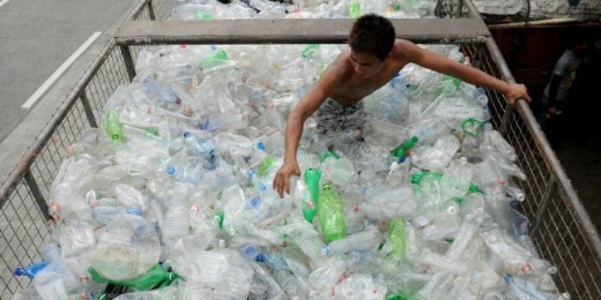Empresa deportiva pondrá a la venta zapatos y ropa fabricados con residuos plásticos