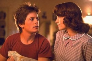 """Marty y Lorraine McFly de """"Volver al Futuro"""". Él regresó a la época donde su madre es joven e impresionable. Esta se enamora de él, para su horror. Foto:vía Universal. Imagen Por:"""