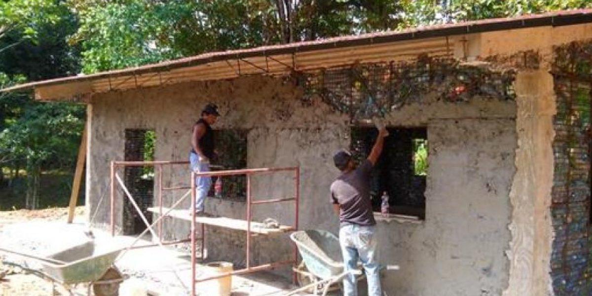 Construyen una ecoaldea en Panamá reutilizando un millón de botellas de plástico
