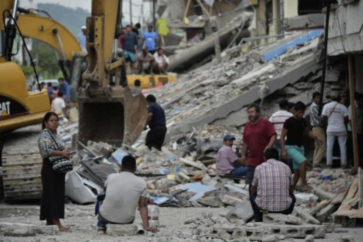 Como puede la gente evacua la zonas afectadas. Foto:AFP. Imagen Por: