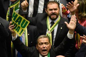 Manifestaciones en contra de Dilma y a favor del proceso de impeachment. Eduardo Cunha, abajo, levantando los brazos. Foto:Efe. Imagen Por: