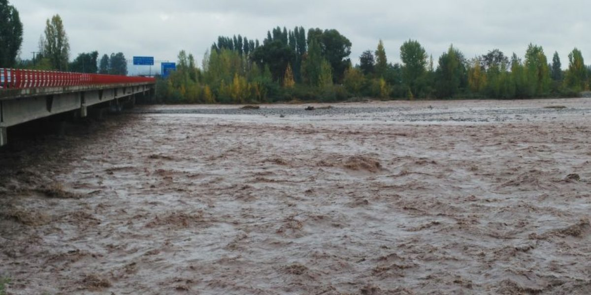 San Fernando: posible fuga de petróleo obliga a cerrar oleoductos del río Tinguiririca