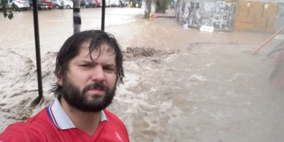 Así trolearon a Boric por su foto ayudando en Providencia tras desborde del Mapocho