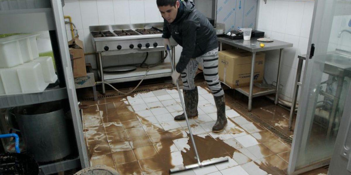 Comerciantes inician labores de limpieza en locales afectados por inundaciones