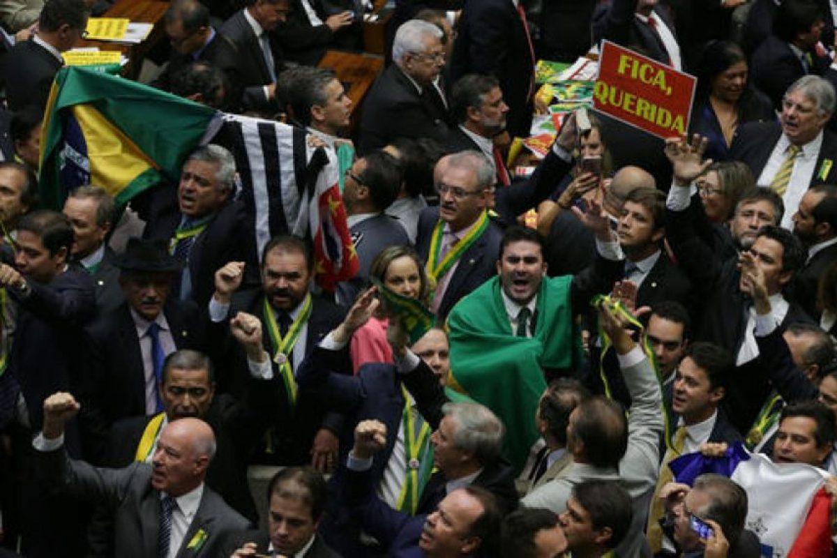 La mandataria tiene que esperar la decisión del Senado para saber si se enfrentará oficialmente a un juicio político. Foto:AP. Imagen Por: