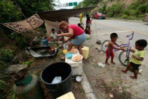 La gente lucha por sobrevivir con lo que puede. Foto:AFP. Imagen Por: