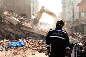 Autoridades usan maquinaria pesada para hacer más hábil el rescate. Foto:AP. Imagen Por: