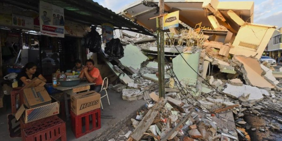 Ecuador: Sobrevivientes mantienen la búsqueda tras sismo que deja 413 muertos