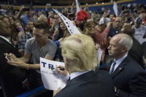 Del Partido Demócrata, su mayor oponente continúa siendo Hillary Clinton. Foto:AP. Imagen Por: