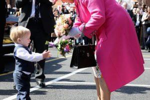 Su Majestad cuenta con un miembro especial del personal con el mismo número de calzado, que se encarga de comprobar el calzado real. Foto:Getty Images. Imagen Por: