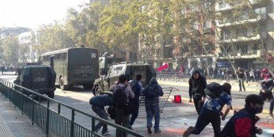 Marcha estudiantil sigue su trayectoria con incidentes aislados por Santiago