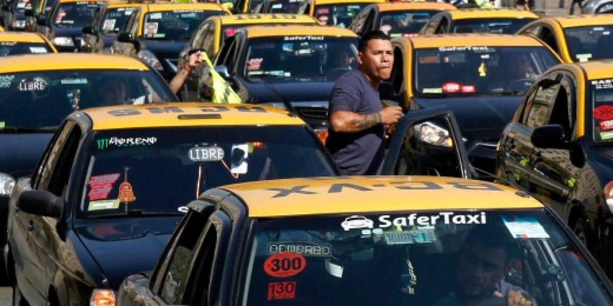 Taxistas anuncian paro nacional para mayo en protesta contra Uber y Cabify