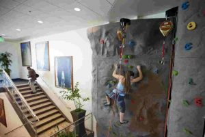 Y bueno, sí, también tienen una pared para escalar. Foto:Getty Images. Imagen Por: