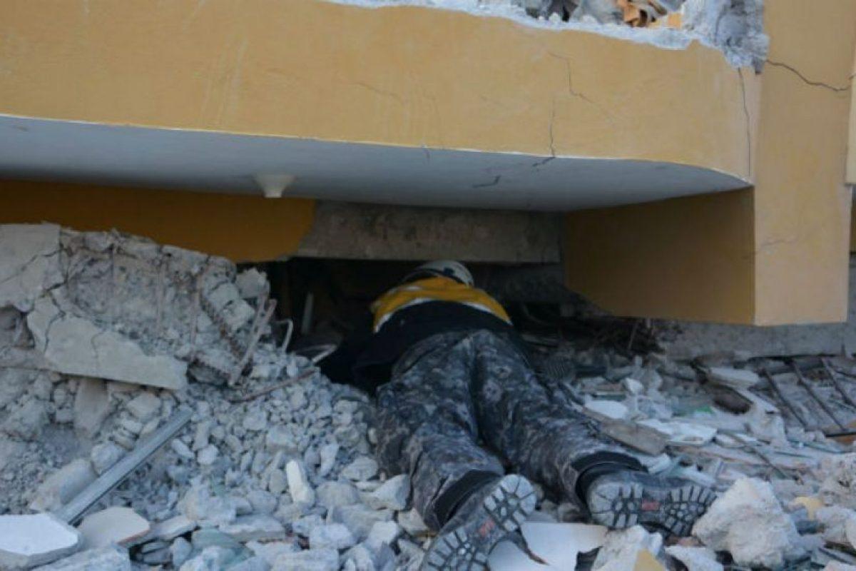 La policía de Ecuador se esfuerza por reparar un poco el el desastre que dejó el terremoto del pasado fin de semana. Foto:facebook.com/policia.ecuador. Imagen Por: