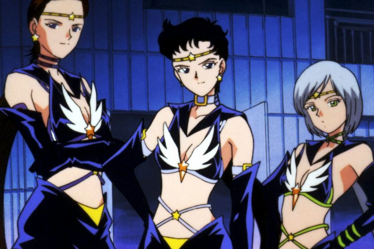 Las Sailor Stars en la versión original no eran hombres ni por error. En el manga llegaron a vestirse de hombre, pero para la serie si adoptaron forma masculina, lo que molestó en demasía a Naoko Takeuchi, creadora de la serie. Solo las mujeres pueden ser Sailor Senshi, según ella. Foto:Toei. Imagen Por: