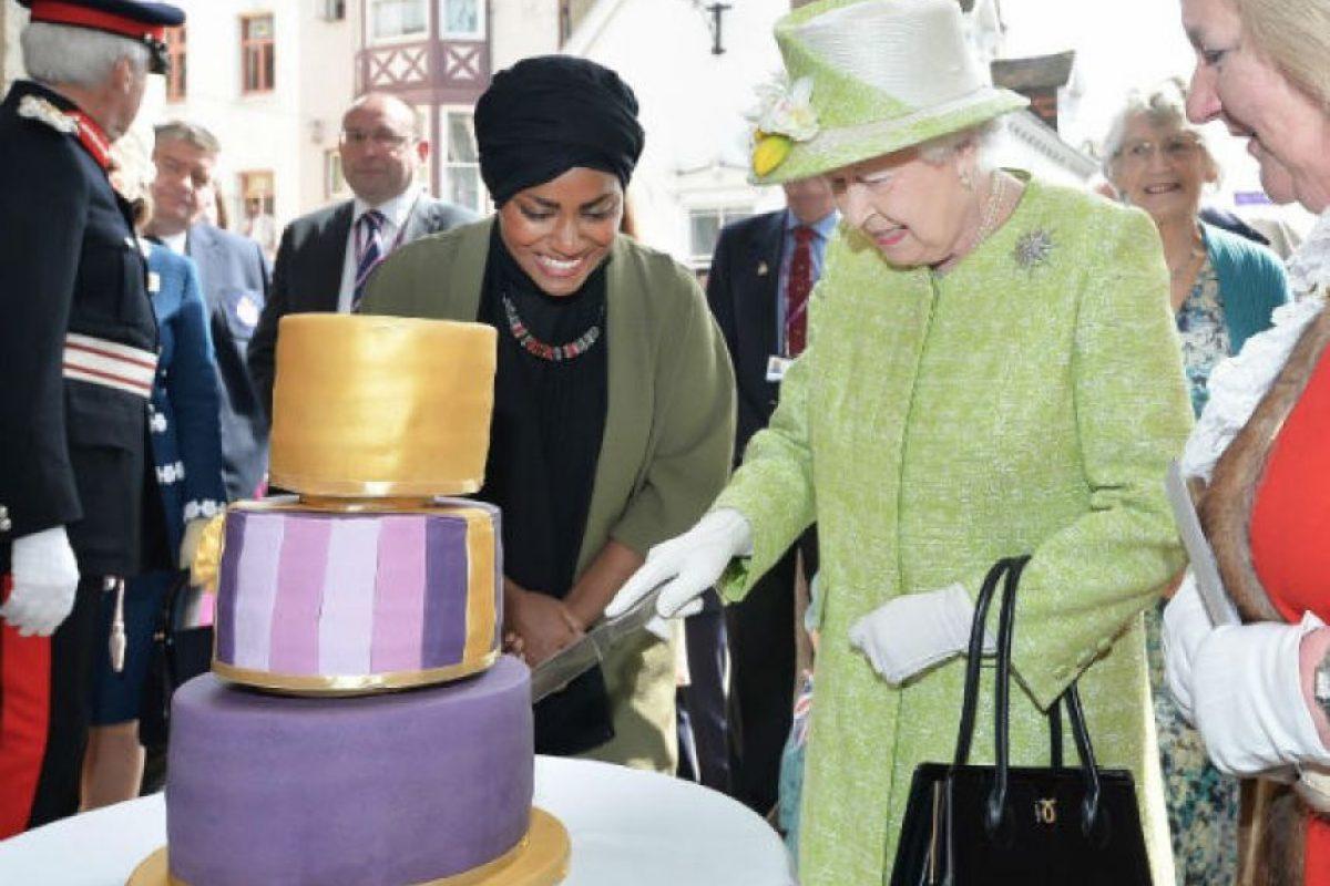 Nadiya Hussain fue la mujer que horneó el pastel de cumpleaños de la Reina. Foto:AP. Imagen Por: