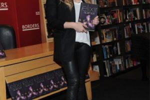 """En 2011, un año después de presentar """"Elixir"""", la cantante presentó la continuación de su historia, """"Devoted"""" y """"True"""" Foto:Getty Images. Imagen Por:"""