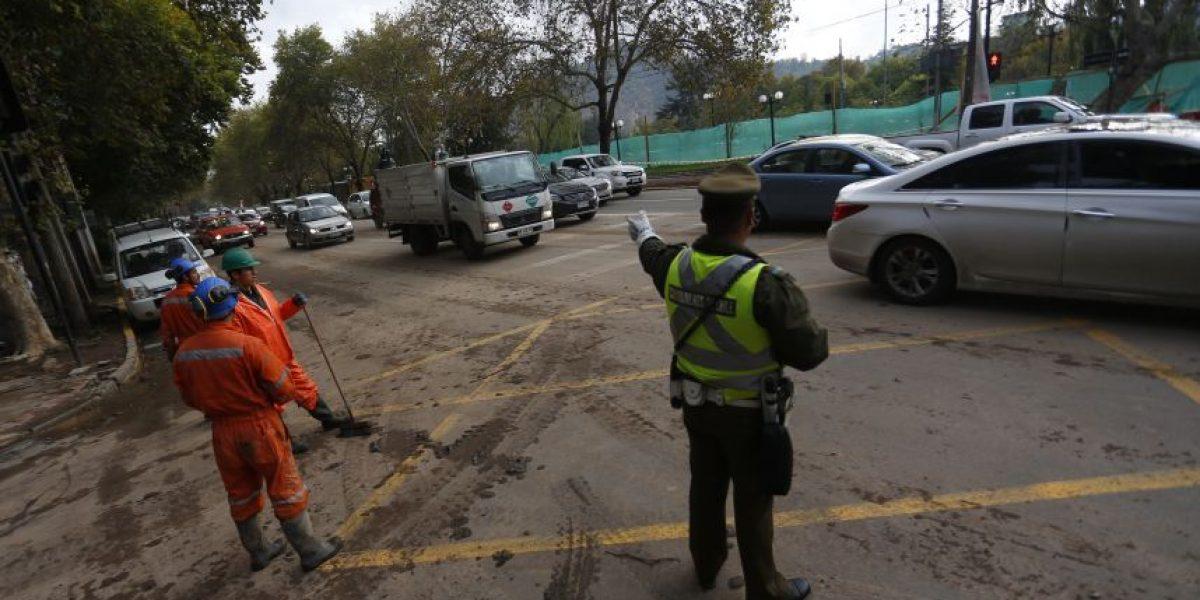 Cierran Avda. Andrés Bello para continuar trabajos de limpieza tras desborde del Mapocho
