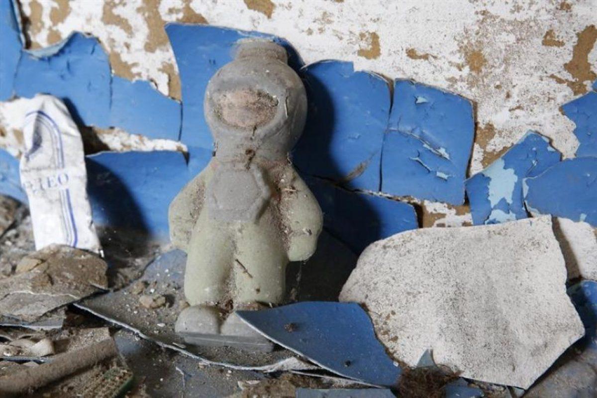 Una muñeca abandonada en una de las casas evacuadas por la radiación después de la explosión del reactor 4 de la estación de Chernóbil, el 26 de abril de 1986. Foto:Efe. Imagen Por: