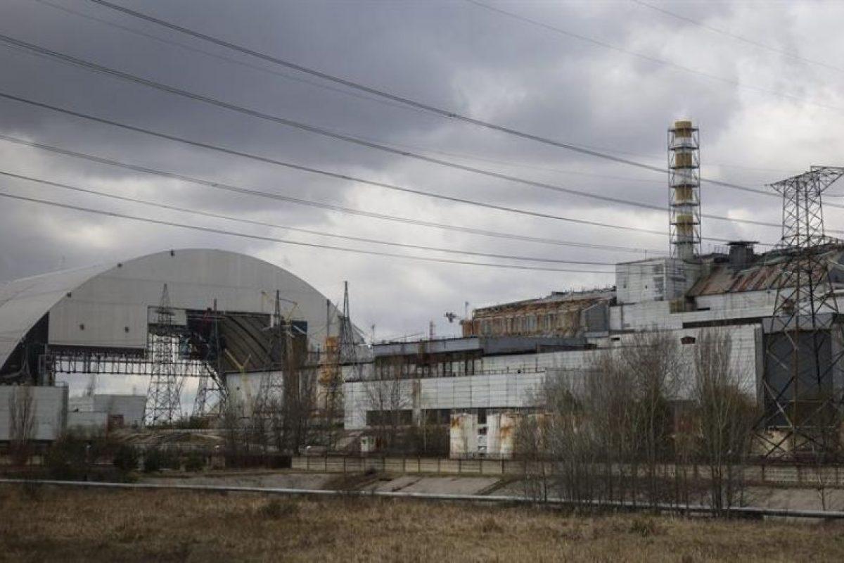 Fotografía de archivo fechada el 21 de abril de 2015 que muestra una vista general de la construcción de un sarcófago en la central nuclear de Chernóbil, Ucrania. Foto:Efe. Imagen Por:
