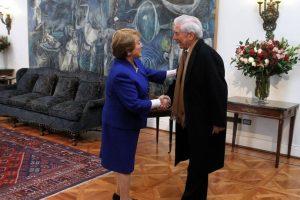 Michelle Bachelet recibe al escritor peruano Mario Vargas Llosa Foto:Agencia Uno. Imagen Por: