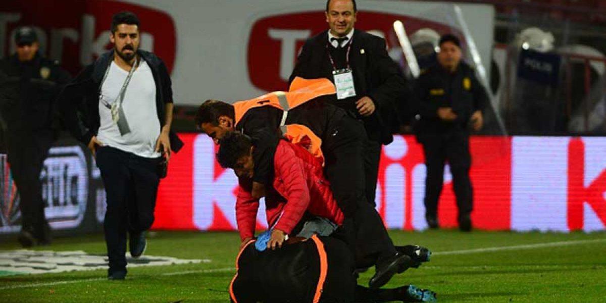 Árbitro recibe violenta agresión de hincha durante partido