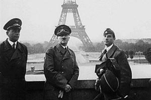 Hitler en París. A la izquierda está el arquitecto Albert Speer, encargado de diseñar los planos del proyecto Germania. Foto:AFP. Imagen Por: