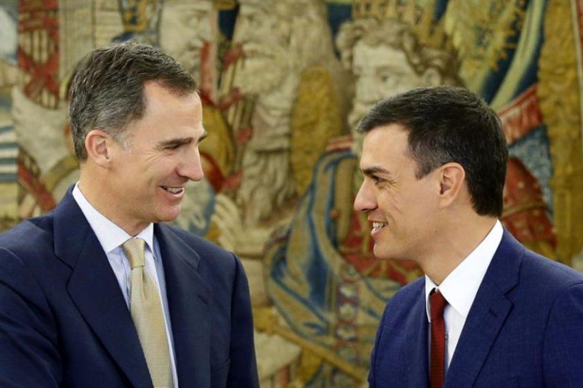 El rey Felipe VI junto a Pedro Sánchez, del Psoe. Foto:Efe. Imagen Por: