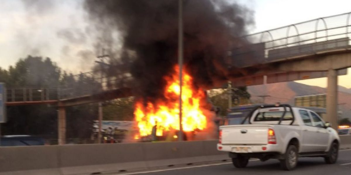 Bus interprovincial se incendia en plena autopista Vespucio Norte