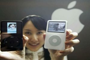 En 2003 Apple crea iTunes para complementar al iPod. Foto:Getty Images. Imagen Por: