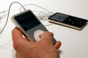 """""""Con iPod, escuchar música nunca volverá a ser lo mismo"""", dijo Jobs el día que lanzó el gadget. Foto:Getty Images. Imagen Por:"""