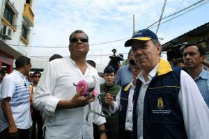 Juan Manuel Santos (der.), presidente de Colombia, en su visita a Ecuador junto al presidente de ese país, Rafael Correa. Foto:Efe. Imagen Por: