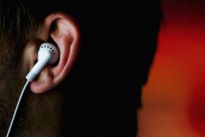 Si acostumbran a usar audífonos muy seguido y escuchar música con volumen muy alto, pueden sufrir daños auditivos. Foto:Getty Images. Imagen Por: