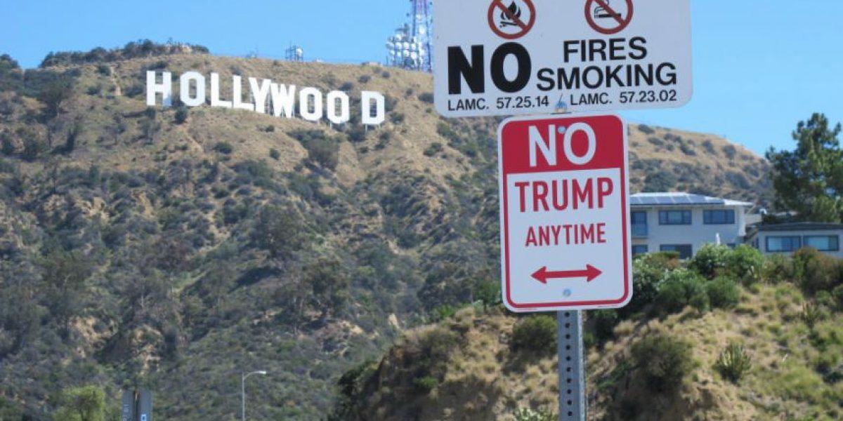 Autoridades retiran señales de tránsito con mensajes en contra de Trump