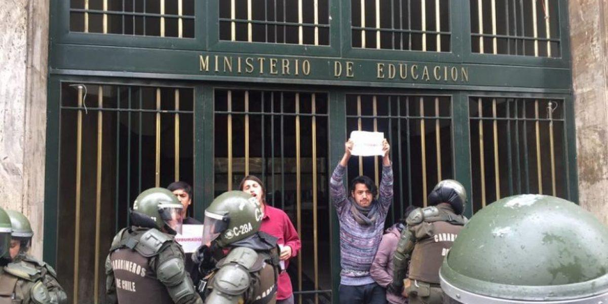 Estudiantes se encandenan contra Reforma Educacional en el Mineduc: protesta deja 8 detenidos