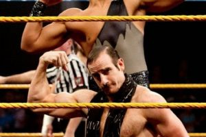 En la final del torneo de Parejas, The Vaudevillains Foto:WWE. Imagen Por: