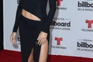 Adriana Lima, muy de los noventa, con cutouts y un monumento a la sobriedad. Foto:vía Getty Images. Imagen Por: