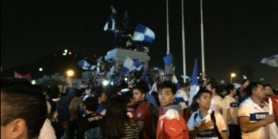 Hinchas de la UC se concentran en Plaza Italia tras histórica victoria cruzada