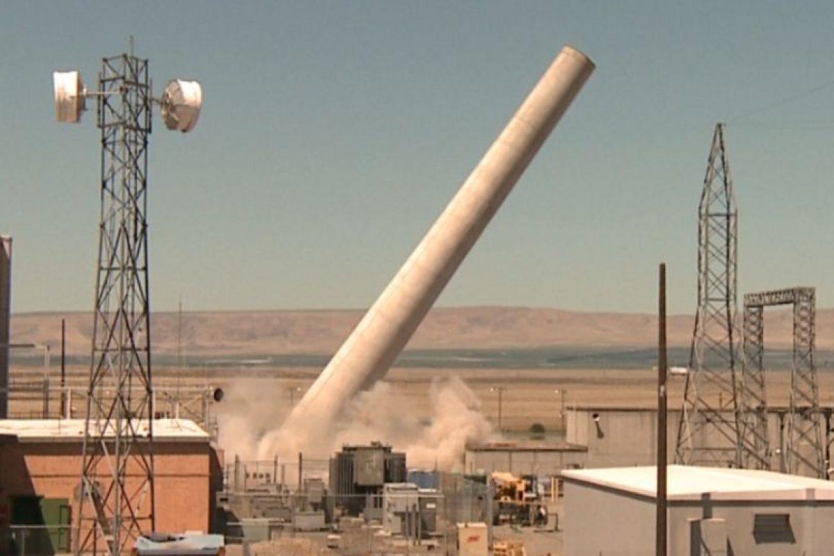 En el recinto, donde se elaboró el material para las primeras bombas atómicas, se efectúan labores de demolición controlada como la de esta chimenea. Foto:Energy.gov. Imagen Por: