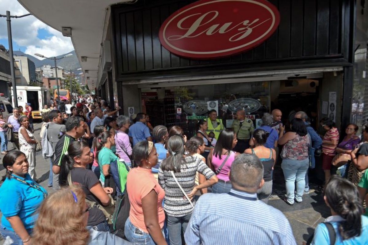 """Las """"colas"""" se han vuelto crónicas en Venezuela para conseguir todo tipo de alimentos y bebidas. Foto:AFP. Imagen Por:"""
