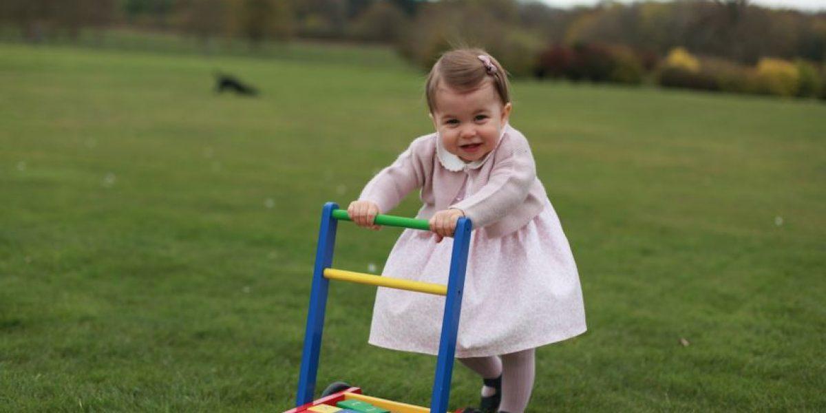 Corona británica difundió imágenes de la princesa Charlotte en la víspera de su primer cumpleaños