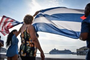 Algunos portaban banderas cubanas e incluso estadounidenses. Foto:AFP. Imagen Por:
