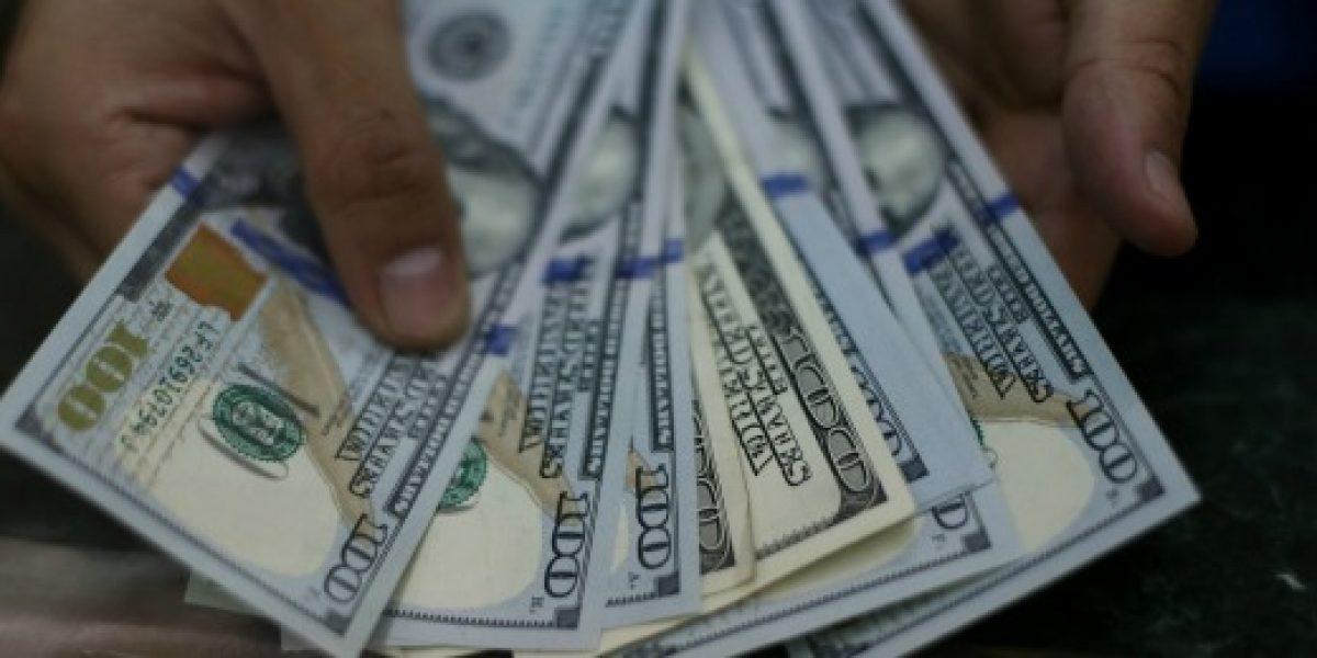 Dólar revierte racha a la baja y sube 1,5 pesos