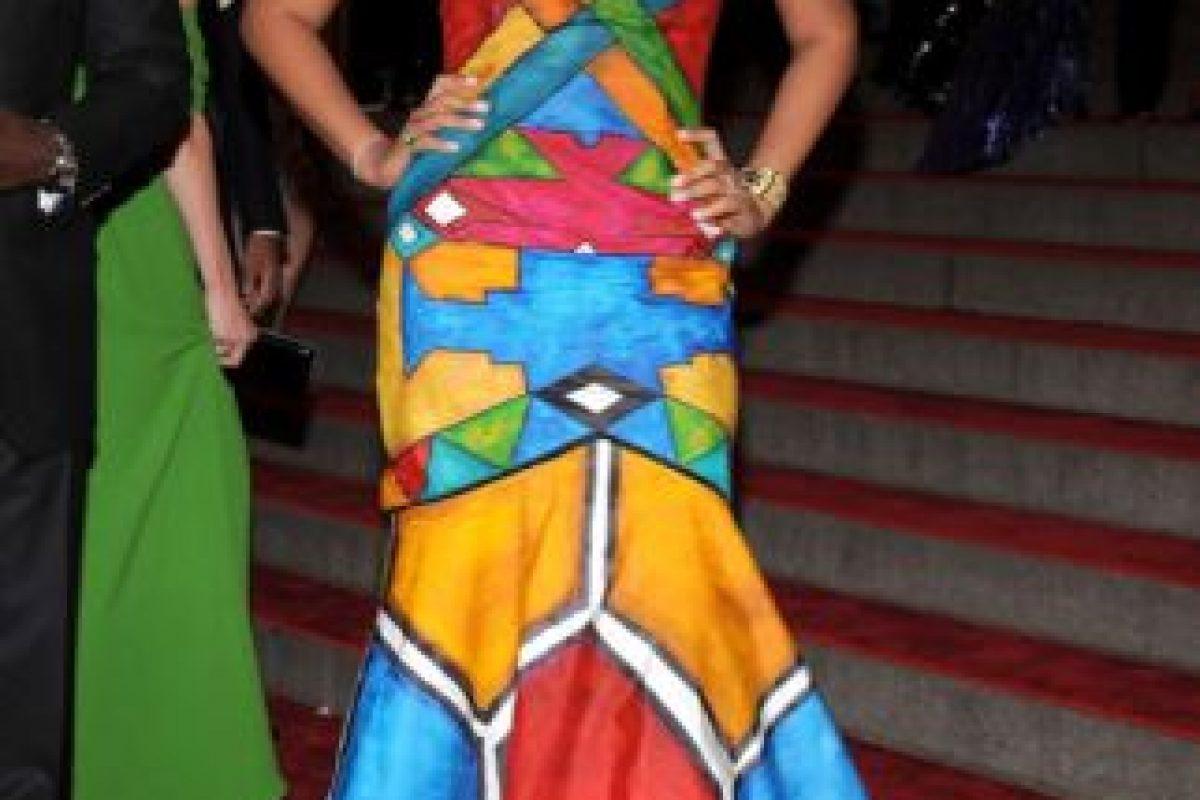 Kimora Lee Simmons debió sacar más dinero de su divorcio para comprar de paso… ¿un vestido que no pareciese un mural portátil? Foto:vía Getty Images. Imagen Por: