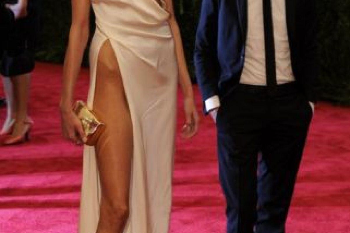 ¿Qué es más inquietante de este vestido de Anja Rubik en 2012? ¿Que parezca que lo mordió un cubista o el pedazo de cadera que se sale de su pierna? Foto:vía Getty Images. Imagen Por: