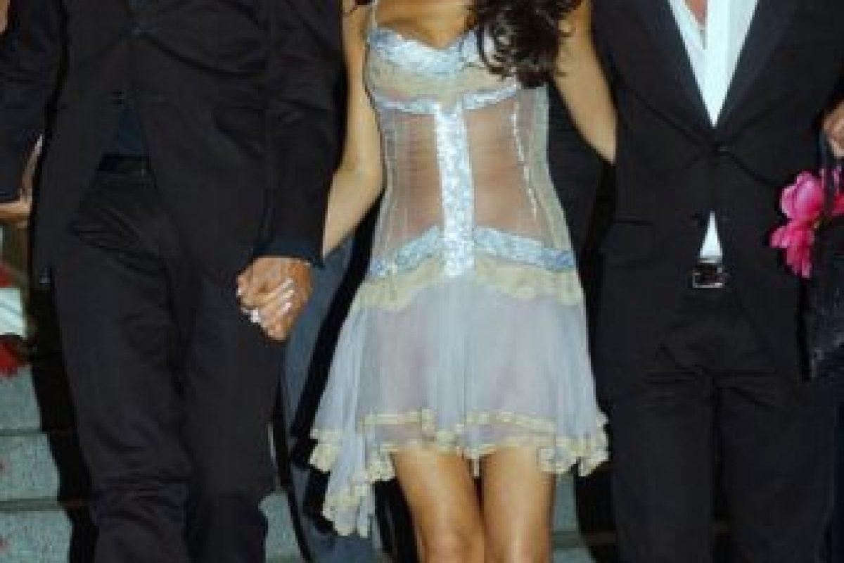 Victoria Beckham ya no era pobre en 2003. No hay derecho que se vistiera como una versión veraniega y californiana de Courtney Love. Foto:vía Getty Images. Imagen Por: