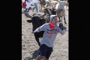 Chico expuso su vida en el Houston Bull Run solo para tomarse un selfie. Foto:Reddit. Imagen Por: